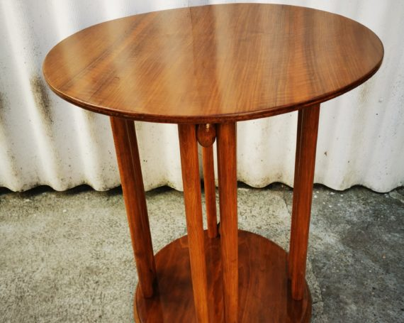 Tavolino Jugendstil viennese Thonet denominato Fledermaus e disegnato d J. Hoffmann